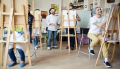 Personas pintando cuadros