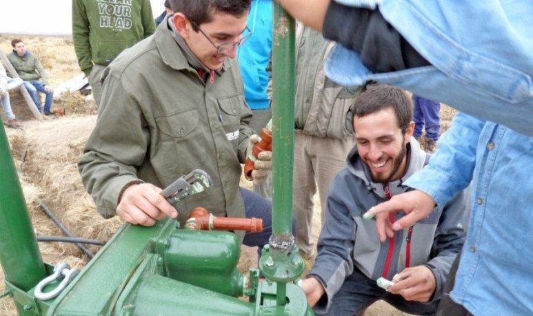 Estudiantes se unen para darles agua a los parajes1