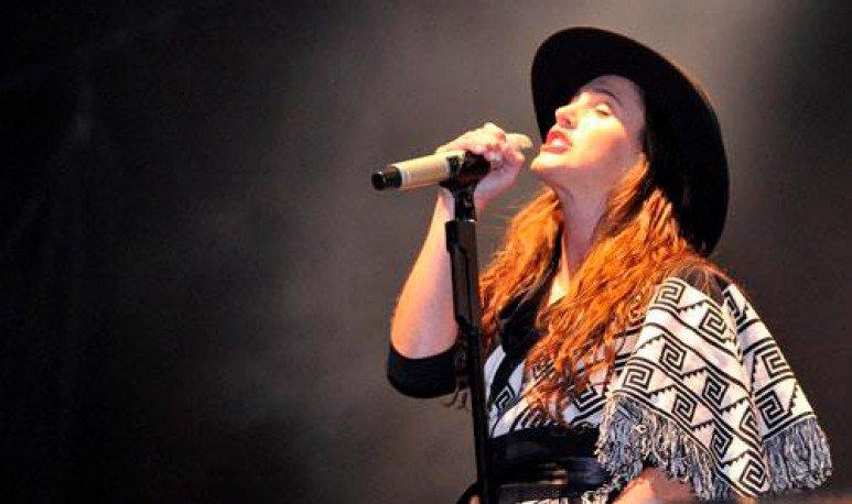 sole-cantando-con-poncho-y-sombrero