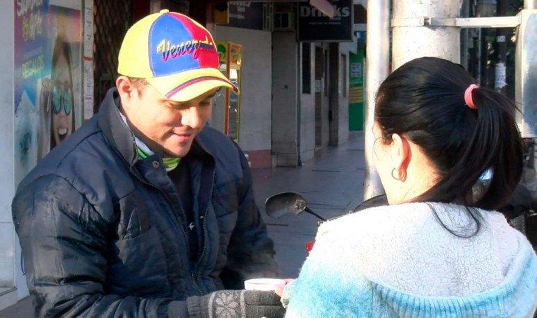 Eduardo recaló en Mendoza y vende café.