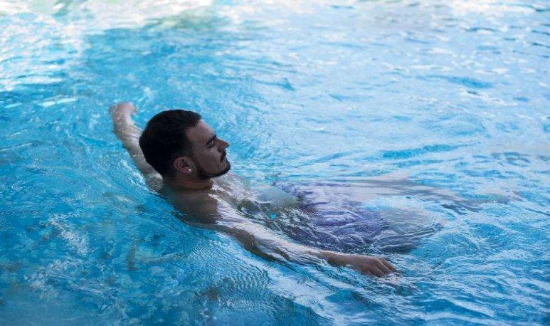 baño en piscina termas