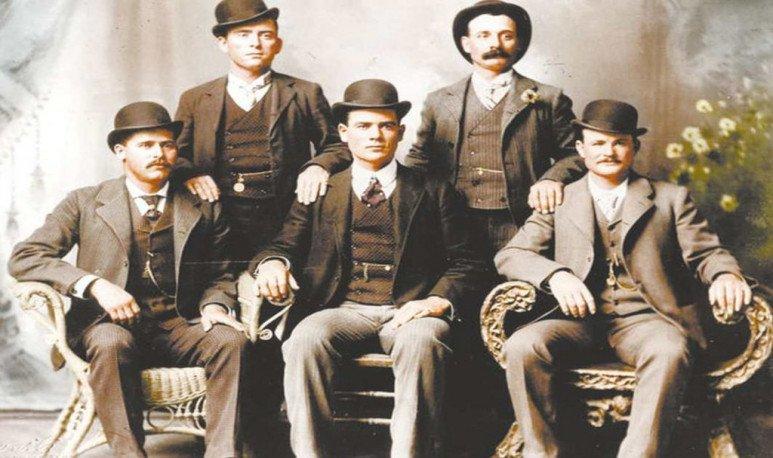 la pandilla salvaje Sundance Kid sentado, primero a la izquierda y Butch sentado, primero a la derecha