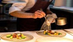 Chef preparando platos
