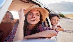 familia viajando en auto