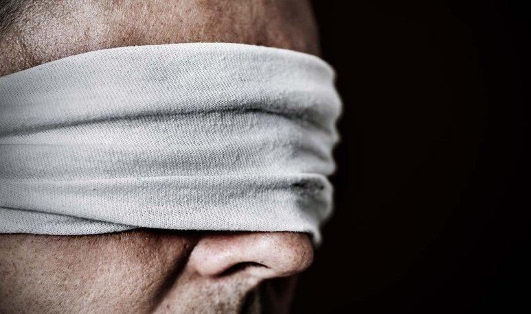 cara con ojos vendados
