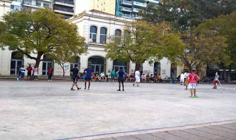 Jóvenes jugando al fútbol en el playón del Parque Urquiza