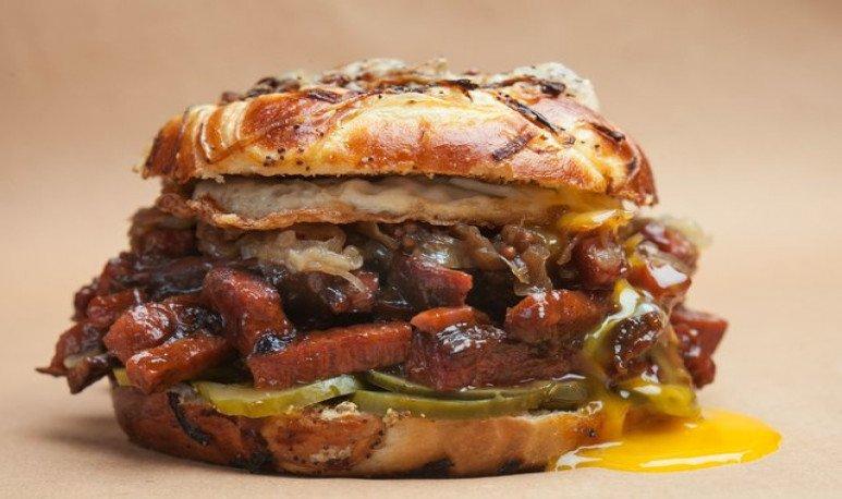 mishiguene sandwich de pastron con huevo